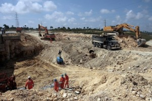 Construction of a railway running to the special development zone in the port of Mariel. Credit: Jorge Luis Baños/IPS