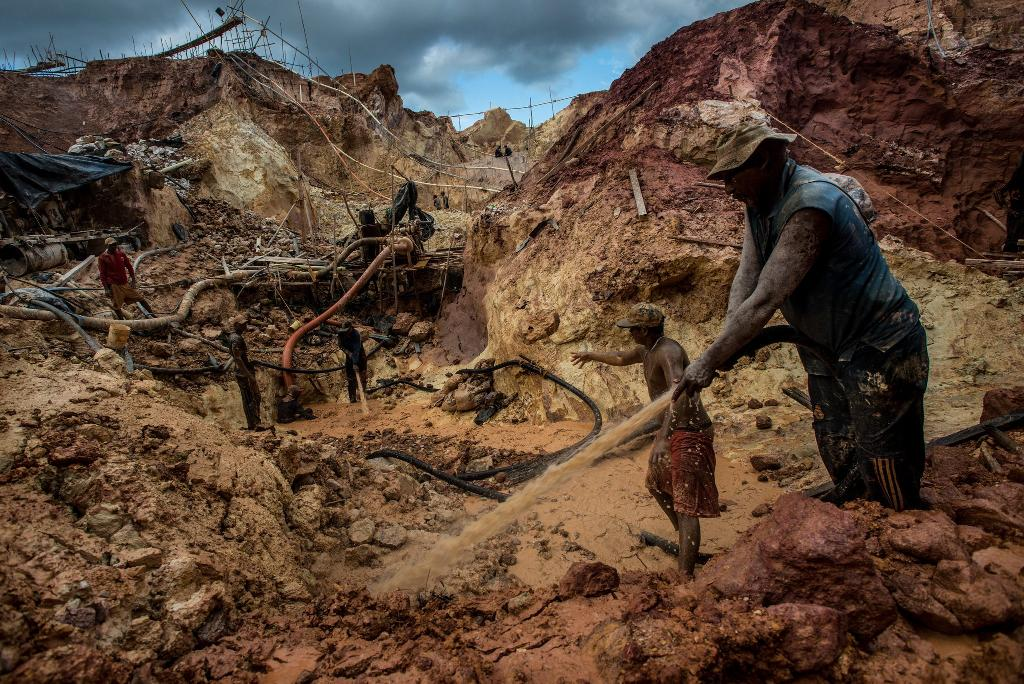 Carlos Raphael, right, and his crew in July, mining for gold at the Cuatro Muertos, or Four Dead Men, an illegal mine near Las Claritas, Venezuela, that is 15 stories deep. Meridith Kohut for The New York Times