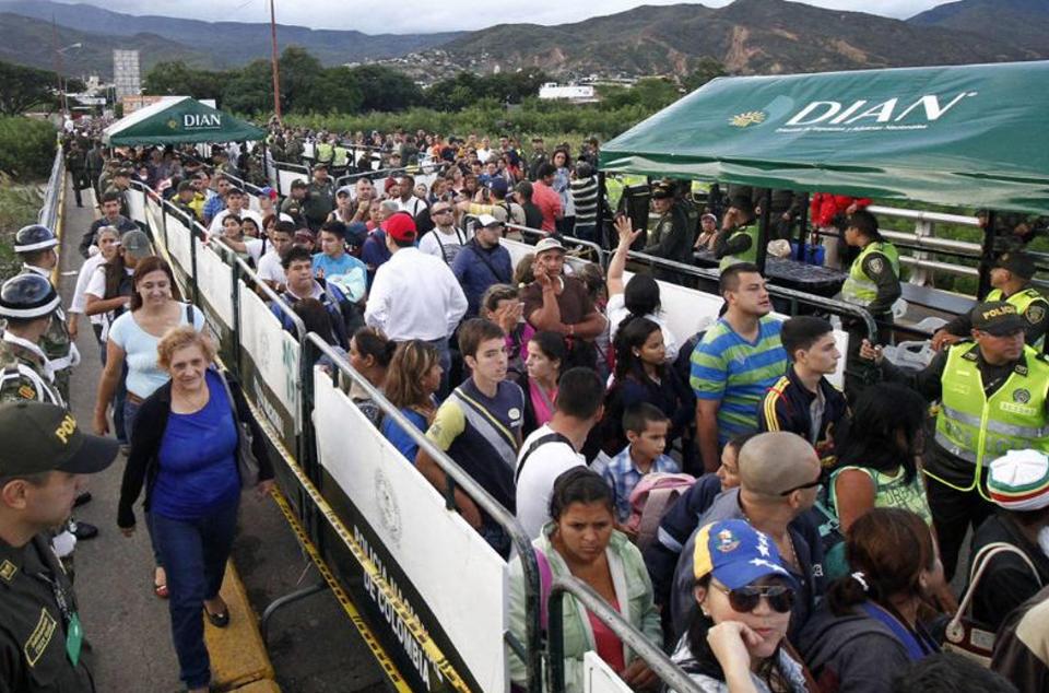 venezuelans-crossing-into-colombia1348