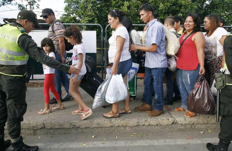 venezuelans-crossing-into-colombia1349