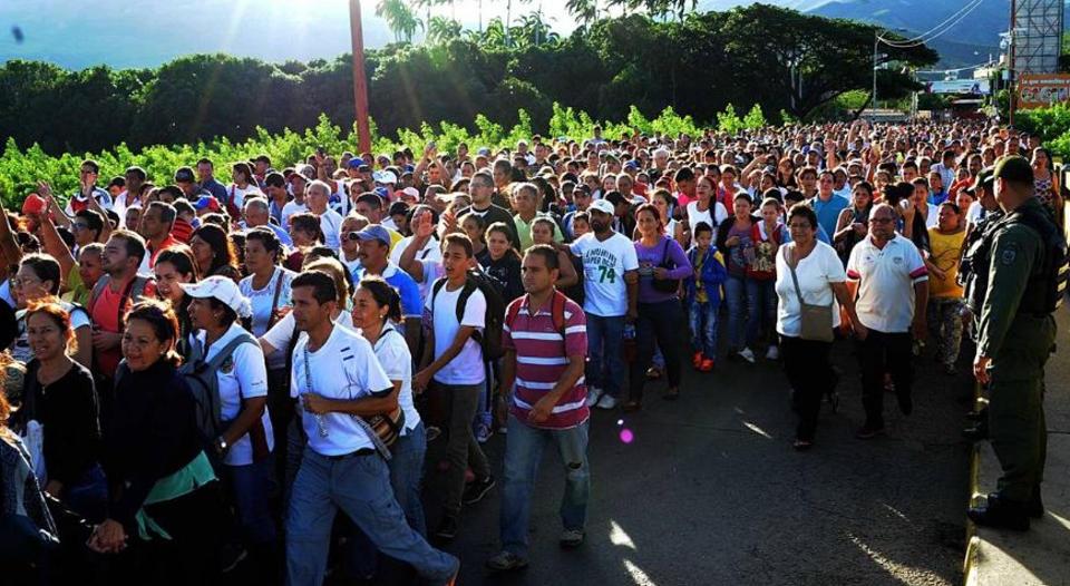 venezuelans-crossing-into-colombia1351