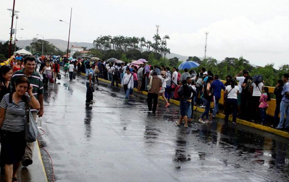 venezuelans-crossing-into-colombia1353